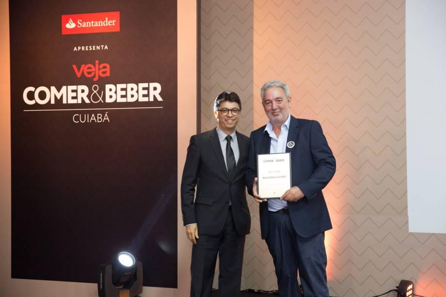Wilson de Paula Silveira Junior, superintendente do Santander, entrega prêmio a Jean Biancardini, do Regionalíssimo