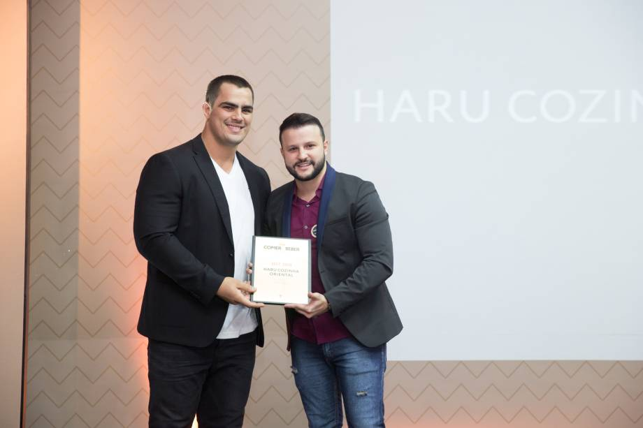 <span>O judoca David Moura entrega prêmio a Lucas Trevisan Bongiovanni, do Haru Cozinha Oriental</span>