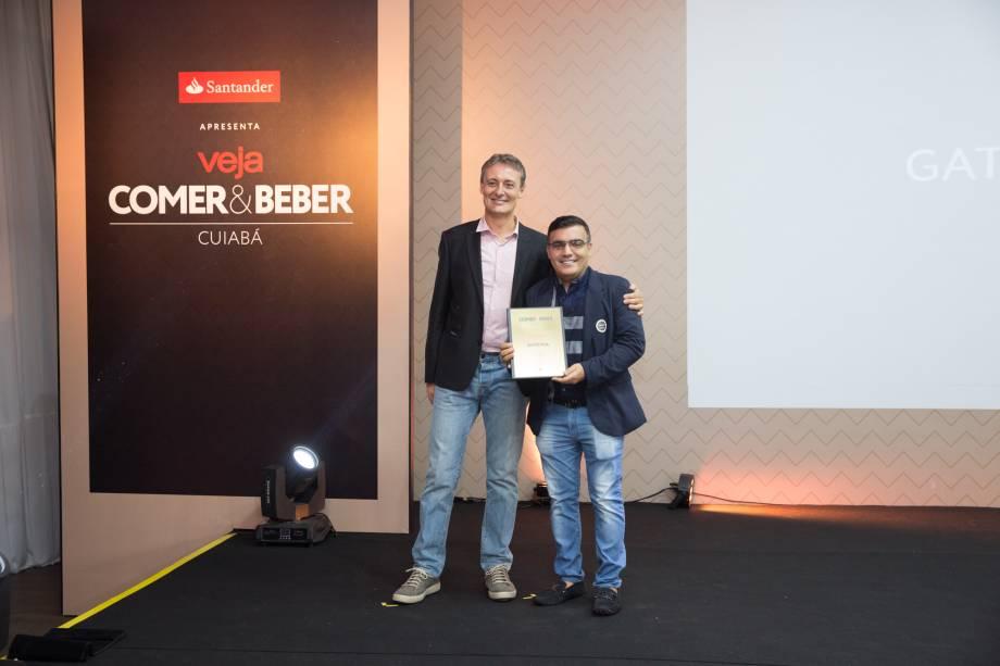 <span>O professor de gastronomia João Carlos Caldeira</span>entrega prêmio a Ziad Fares, da Gato Mia