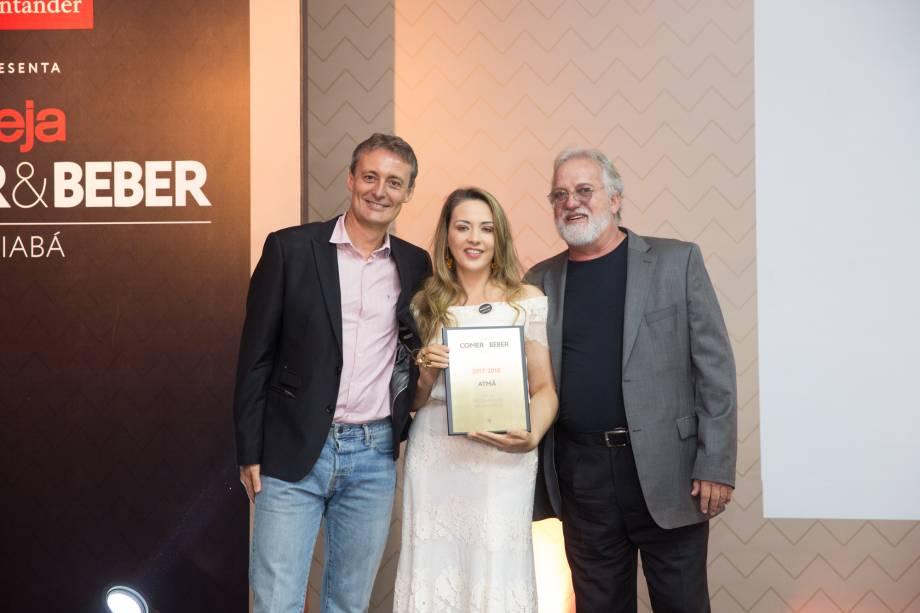 <span>João Carlos Caldeira</span><span>entrega prêmio de melhor restaurante da Chapada dos Guimarães para Adriana Costa e Antonio Checchin, do Atmã</span>