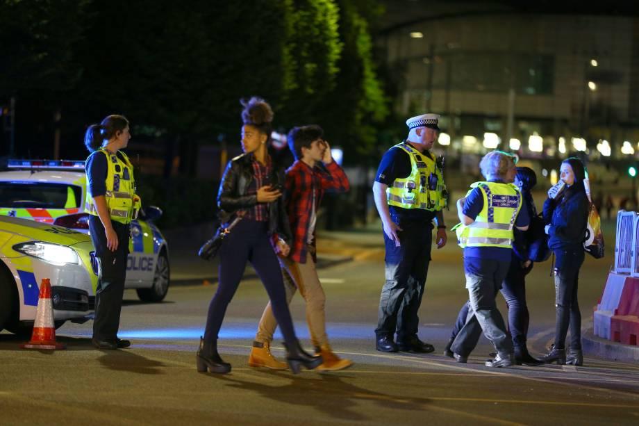 Explosão deixa mortos e feridos em show de Ariana Grande na Inglaterra. Público evacua o Manchester Arena após barulho de explosão - 22/05/2017