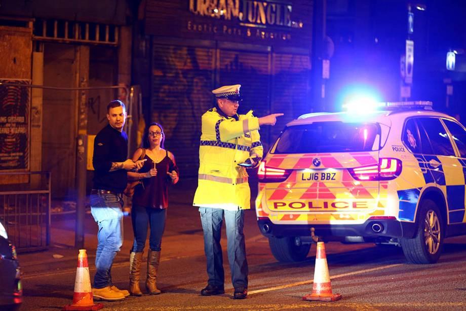 Polícia isola rua próxima à Manchester Arena, na Inglaterra
