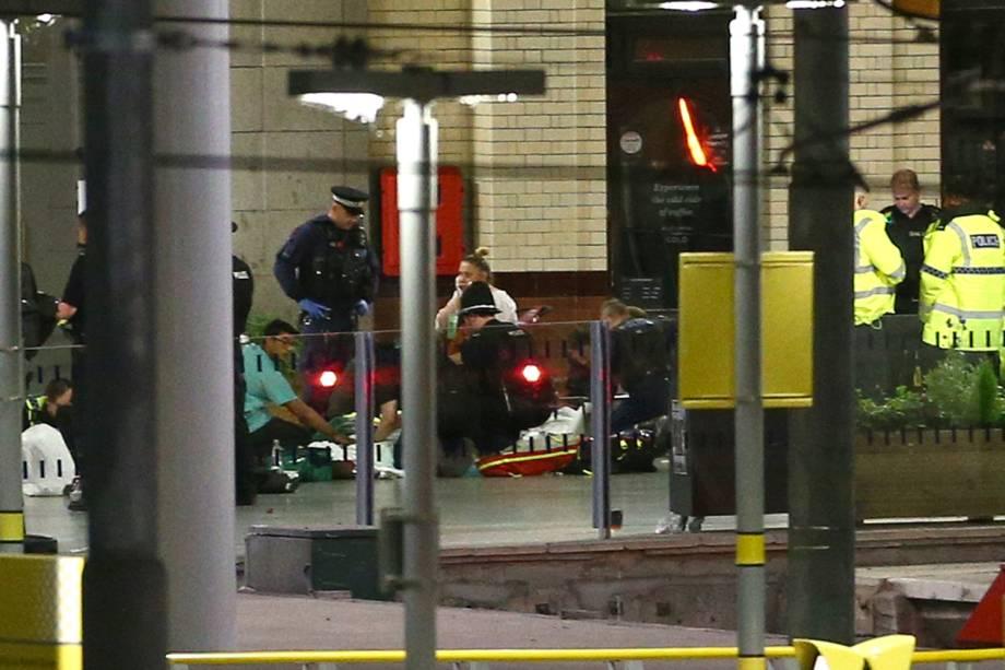 Equipes de resgate socorrem feridos, após uma explosão durante o show da cantora Ariana Grande, em Manchester - 22/05/2017