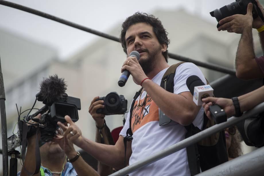 O ator Wagner Moura durante protesto contra o presidente Michel Temer e pelas Diretas Já, na praia de Copacabana