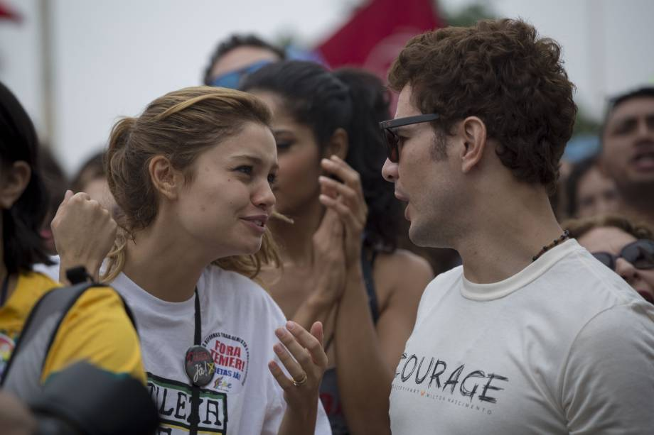 Os atores Sophie Charlotte e Daniel Oliveira durante protesto contra o presidente Michel Temer e pelas Diretas Já, na praia de Copacabana
