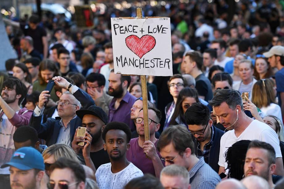 Pessoas fazem vigília em homenagem às vítimas do atentado terrorista no show de Ariana Grande, em Manchester