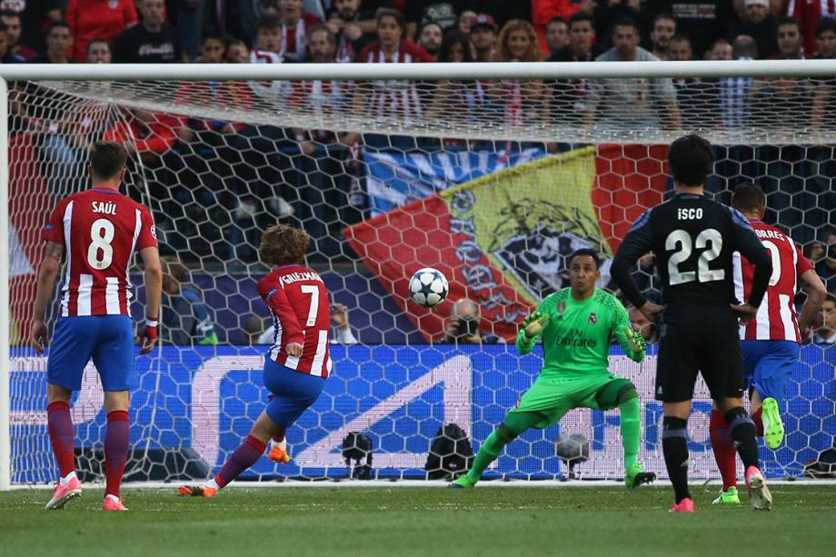 Antoine Griezmann converte pênalti e marca o segundo gol do Atlético de Madrid