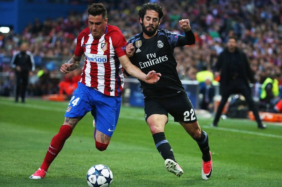 Jose Gimenez, do Atlético de Madrid, disputa a bola com Isco, do Real Madrid