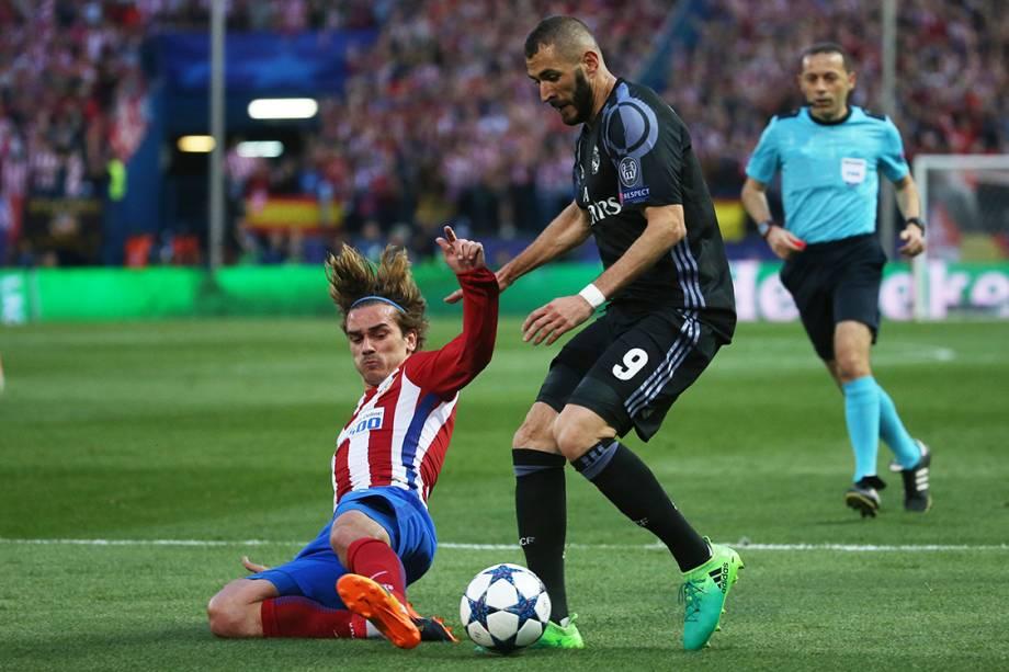 Benzema, do Real Madrid, disputa a bola com Griezmann, do Atlético de Madrid
