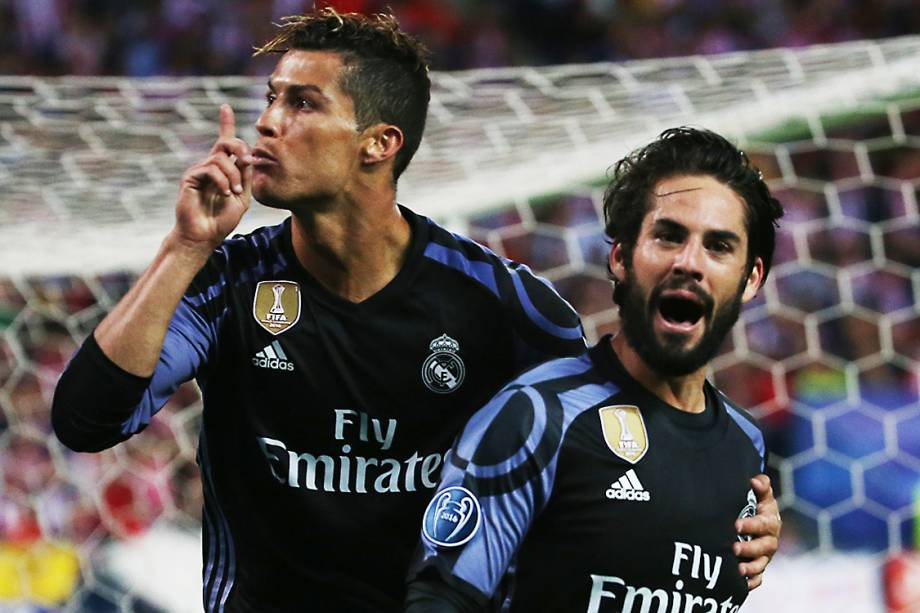 Cristiano Ronaldo comemora com Isco o primeiro gol do Real Madrid contra o Atlético de Madrid