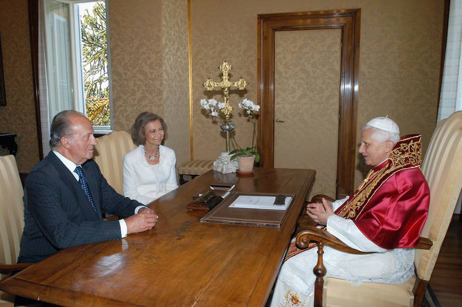 O rei da Espanha, Juan Carlos, e a rainha Sofia, durante audiência com o Papa Bento XVI, no Vaticano - 05/09/2005