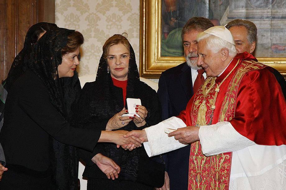O presidente Luiz Inácio Lula da Silva, Marisa Letícia e a ministra Dilma Rousseff, durante encontro com o papa Bento XVI, no Vaticano - 13/11/2008