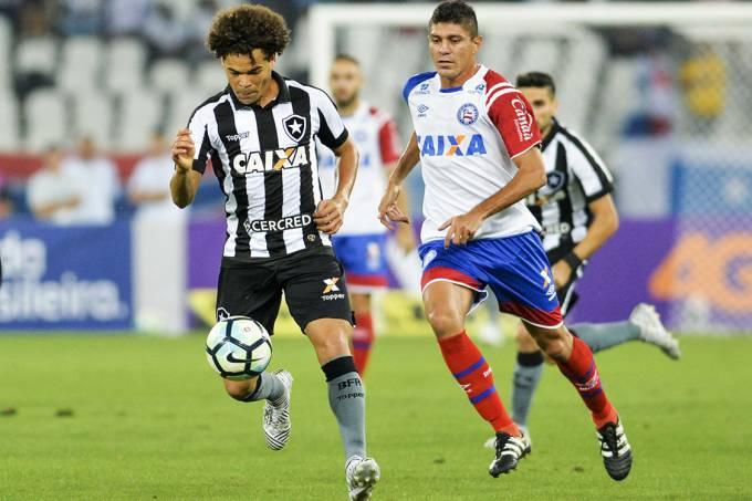 Disputa de bola no jogo entre Botafogo e Bahia, no Rio