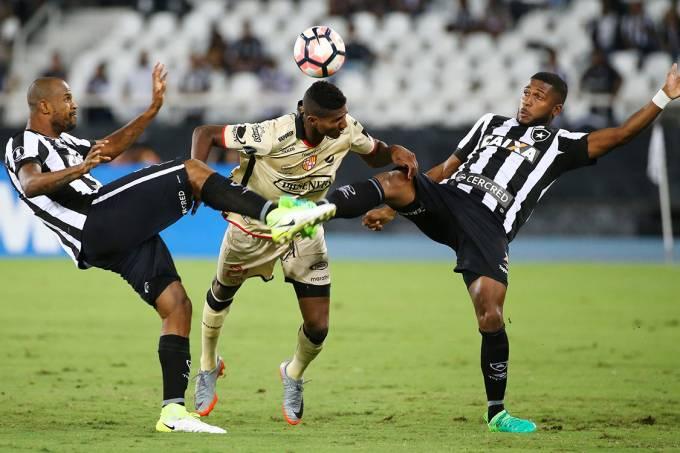 Disputa de bola no jogo entre Botafogo e Barcelona do Equador, no Rio