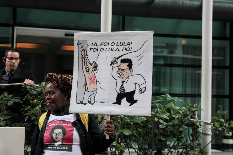 Concentração em frente ao hotel Pestana em Curitiba, onde estáhospedada a cúpula do PT que acompanha o ex-presidente Lula em depoimento ao juiz Sergio Moro - 10/05/2017
