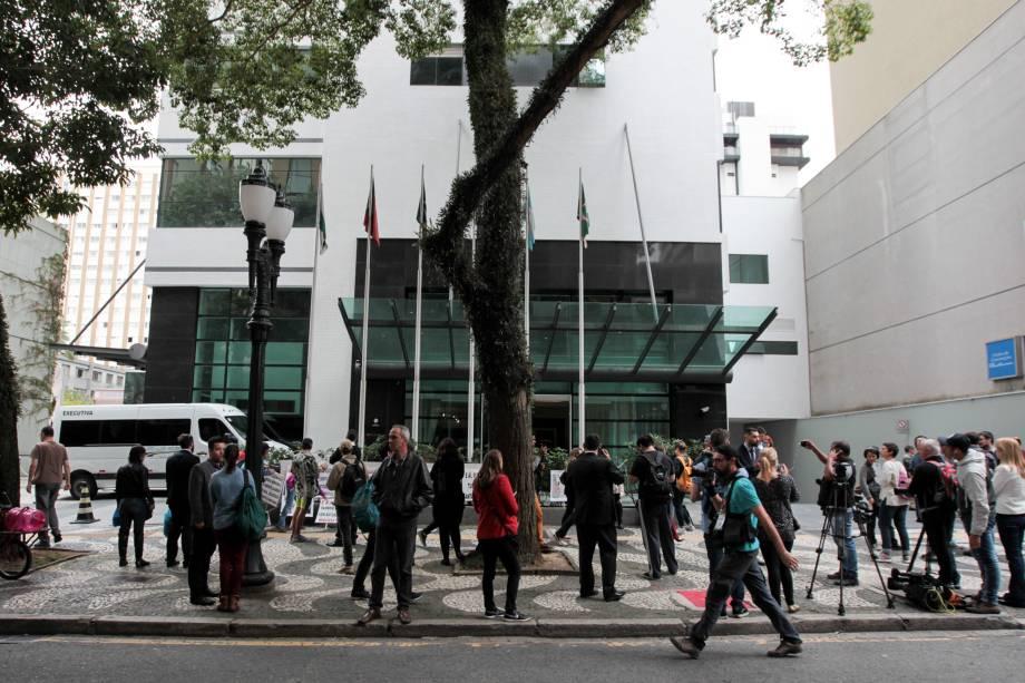 Concentração em frente ao hotel Pestana em Curitiba, onde está hospedada a cúpula do PT que acompanha o ex-presidente Lula em depoimento ao juiz Sergio Moro - 10/05/2017