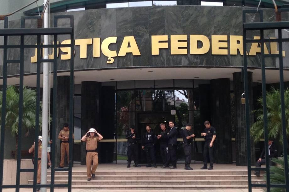 Segurança reforçada nos arredores do prédio da Justiça Federal em Curitiba antes do depoimento do ex-presidente Lula ao juiz Sergio Moro - 10/05/2017