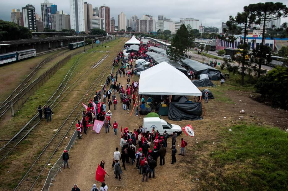 Integrantes do MST e militantes do PT seguem acampados em Curitiba em apoio ao ex-presidente Lula antes do depoimento ao juiz Sergio Moro - 10/05/2017