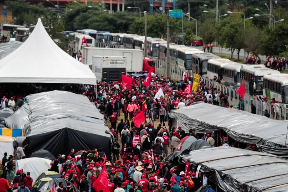 Integrantes do MST seguem acampados em Curitiba em apoio ao ex-presidente Lula antes do depoimento ao juiz Sergio Moro - 10/05/2017
