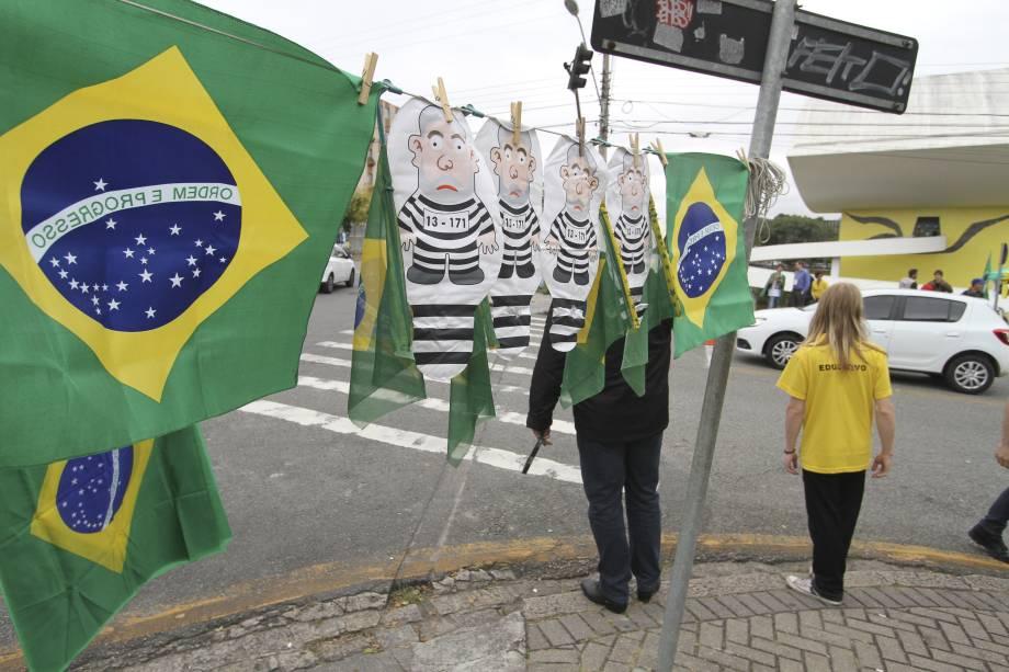 Pixulecos e bandeiras do Brasil à venda no local onde manifestantes realizam ato contra o ex-presidente Luiz Inácio Lula da Silva, no Centro Cívico de Curitiba (PR) - 10/05/2017