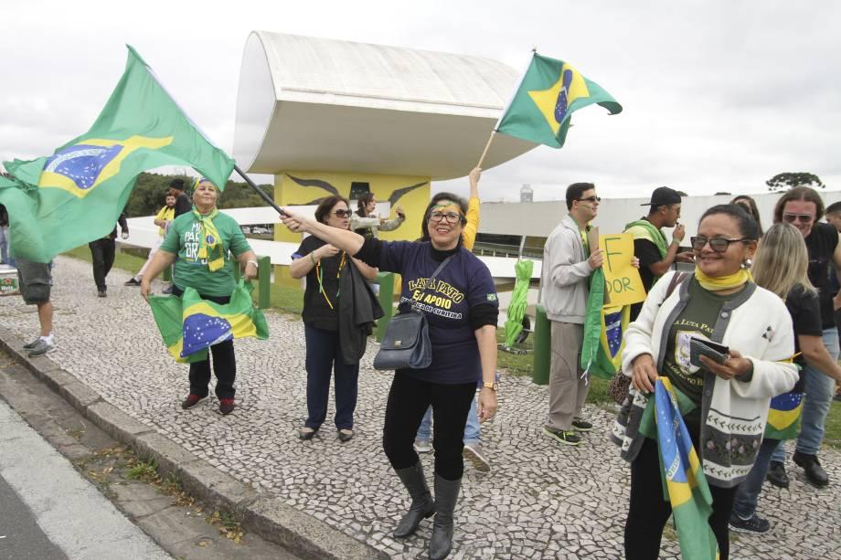 Manifestantes realizam ato contra o ex-presidente Luiz Inácio Lula da Silva, no Centro Cívico de Curitiba (PR) - 10/05/2017