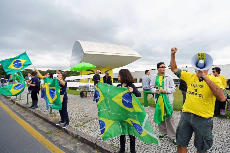 Apoiadores da Operação Lava Jato se manifestaram em frente ao Museu Oscar Niemeyer, em Curitiba, durante depoimento do ex-presidente Luiz Inácio Lula da Silva perante o juiz Sergio Moro - 10/05/2017