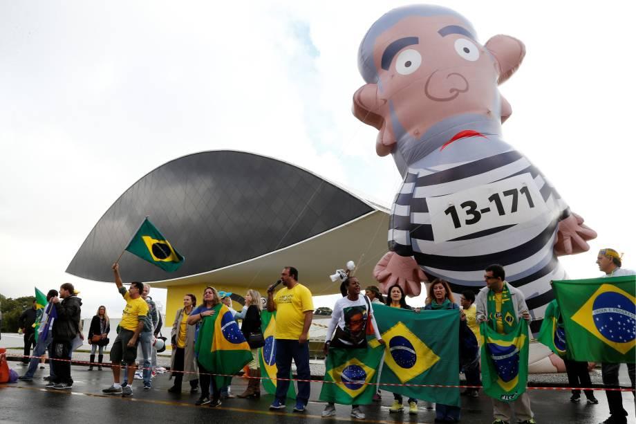 Apoiadores da operação Lava Jato se manifestaram em frente ao Museu Oscar Niemeyer em Curitiba, durante depoimento do ex-presidente Luiz Inácio Lula da Silva perante o juiz Sergio Moro - 10/05/2017