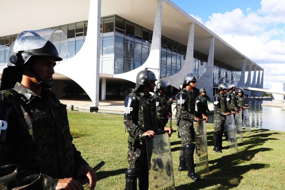 Militares são convocados para reforçar a segurança no Palácio do Planalto após protestos em Brasília (DF) - 24/05/2017