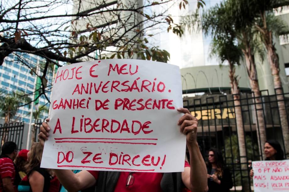 Militantes do PT fazem manifestação de apoio após saída de José Dirceu da Justiça Federal em Curitiba - 03/05/2017