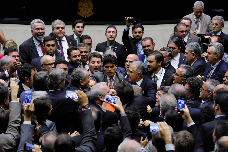 Deputados se exaltam e discutem durante sessão na Câmara, em Brasília - 24/05/2017