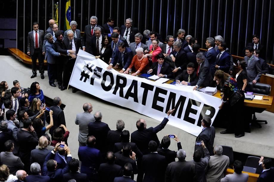 Deputados se manifestam contra Michel Temer, durante sessão na Câmara em Brasília - 24/05/2017