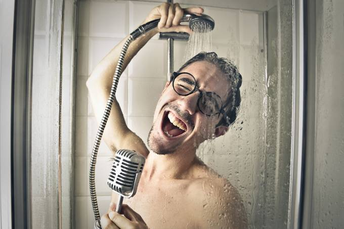 Homem cantando no chuveiro