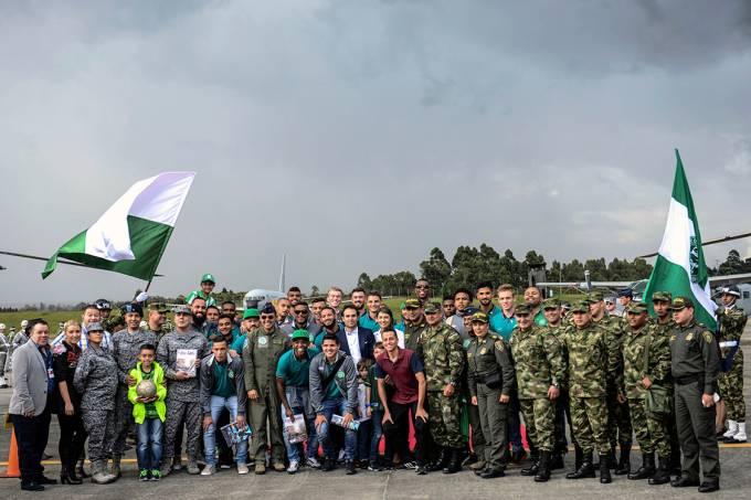 Equipe da Chapecoense é recebida com festa e homenagens na chegada à Medellín