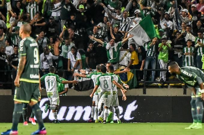 Jogadores do Atlético Nacional comemoram gol contra a Chapecoense