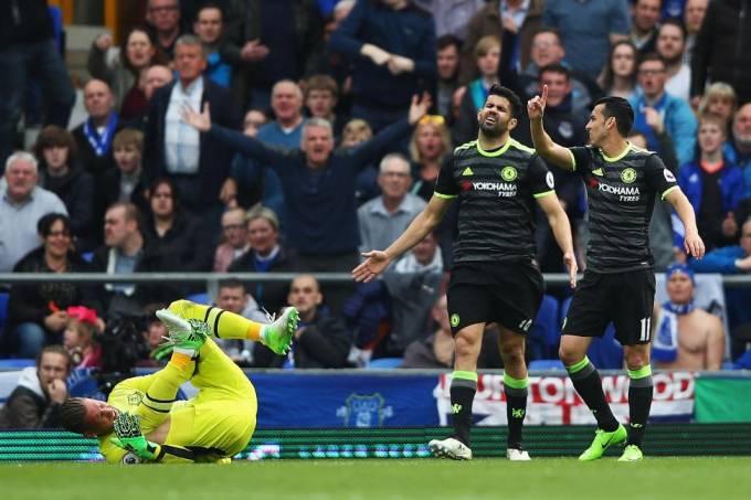Diego Costa e Pedro, do Chelsea, reclamam de marcação da arbitragem