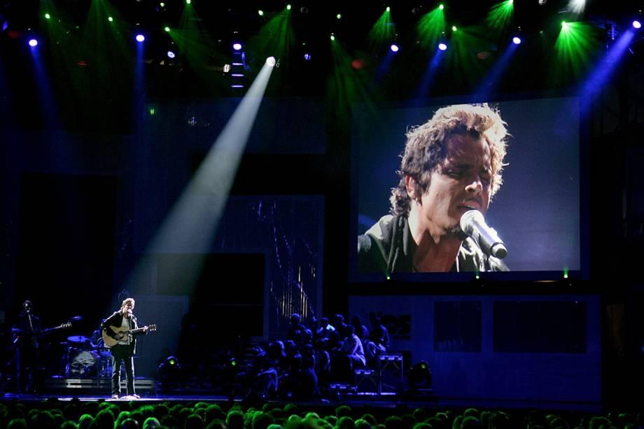 Chris Cornell se apresenta com sua banda Audioslave durante o VH1 Big In 05 Awards, em Culver City, Califórnia