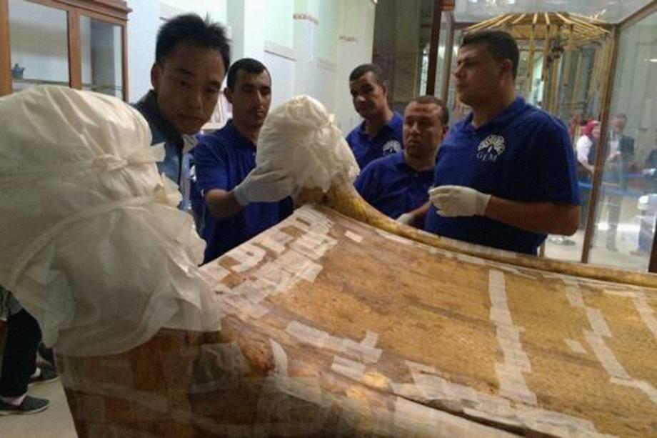 Equipe do Grande Museu Egípcio em Tahrir realiza o transporte de uma cama funerária usada pelo faraó Tutancâmon