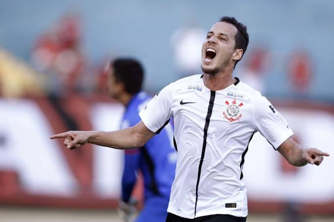 Rodriguinho, do Corinthians, comemora gol contra o Atlético Goianiense