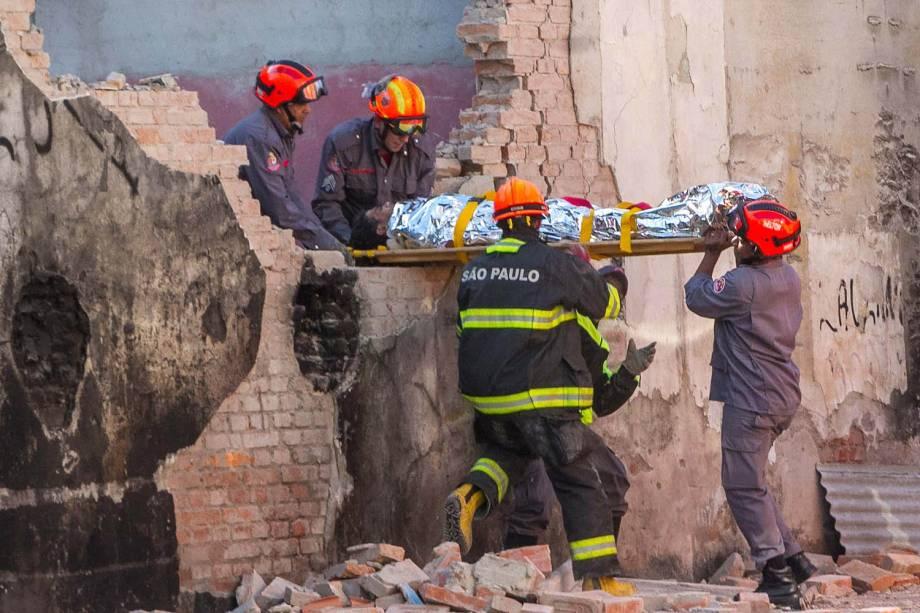 Homem ferido é resgatado pelos bombeiros após um acidente durante uma demolição na região da Cracolândia, no Centro de São Paulo - 23/05/2017
