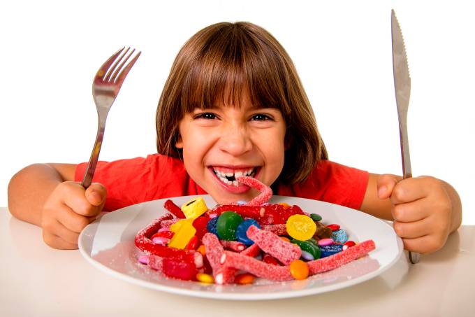 Criança comendo doces – Má alimentação