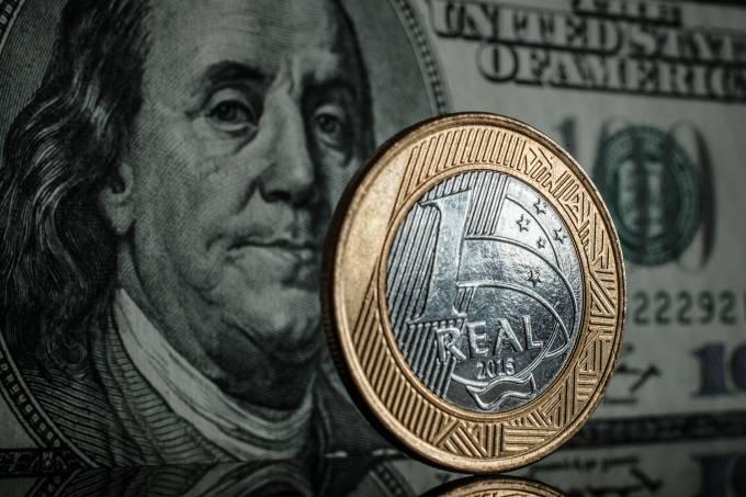 Dólar dos Estados Unidos ao lado de moeda de real  Dólar dos Estados Unidos ao lado de moeda de real