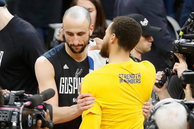 Stephen Curry cumprimenta Manu Ginobili, que pode ter feito sua última partida na NBA