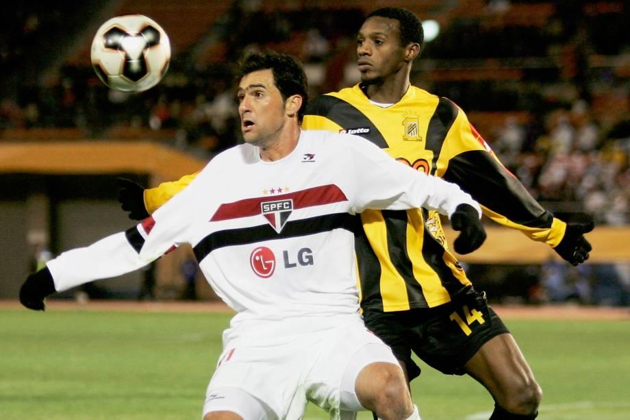 Danilo do São Paulo durante partida contra o Al Ittihad no Mundial de Clubes da Fifa em 2005
