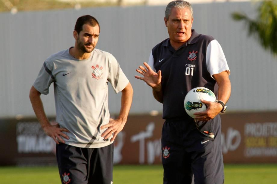 Tite e Danilo durante treino do Corinthians em 2012