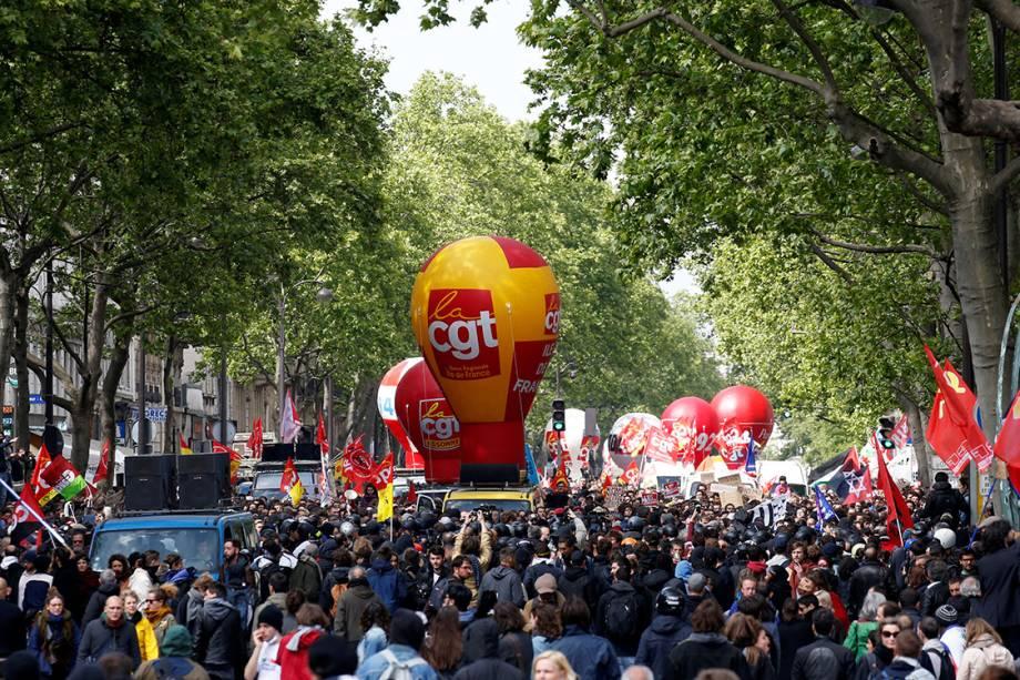 Manifestantes marcham em Paris durante protesto no Dia do Trabalho