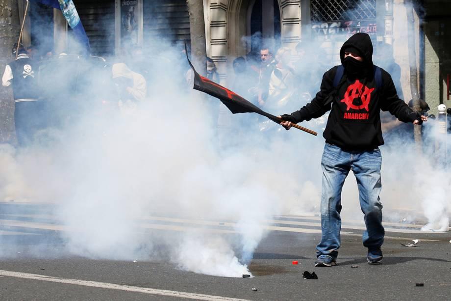 Manifestante durante protesto do Dia do Trabalho em Paris, França