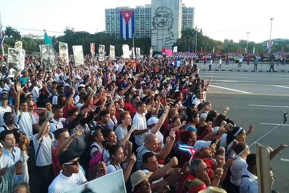 Trabalhadores marcham em defesa do socialismo durante manifestação do Dia do Trabalho em Havana, Cuba