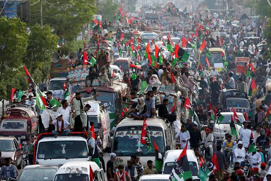 Manifestantes fazem carreata e marcham pelas ruas de Karachi durante protesto do Dia do Trabalho, no Paquistão