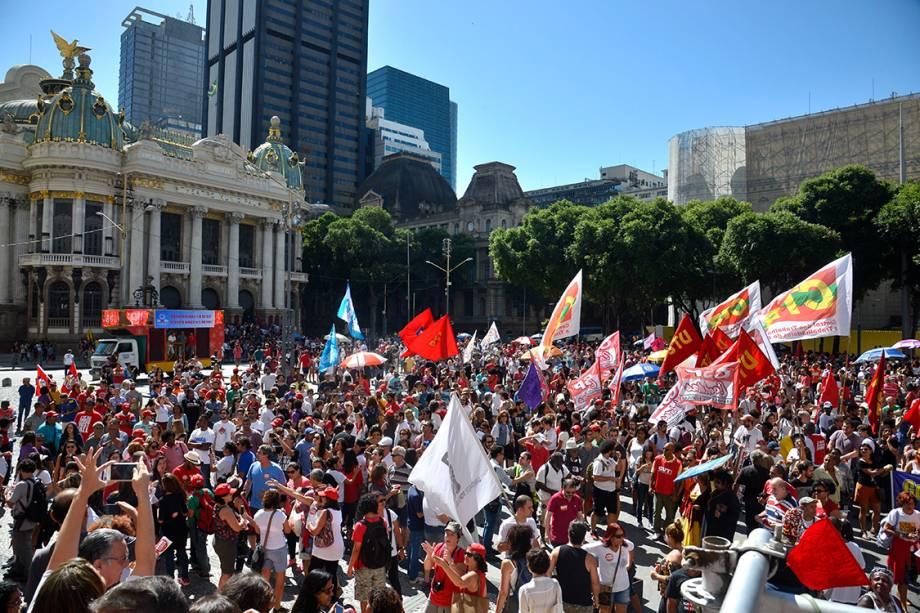 Ato convocado por centrais sindicais reune milhares de manifestantes na Cinelândia, no Rio