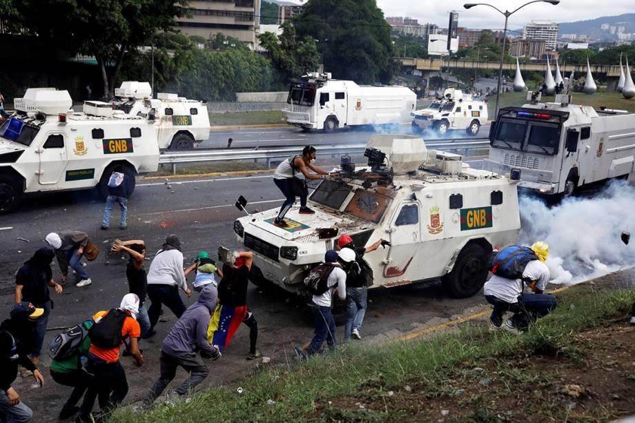 Manifestantes e polícia entram em confronto durante protesto do Dia do Trabalho em Caracas, Venezuela